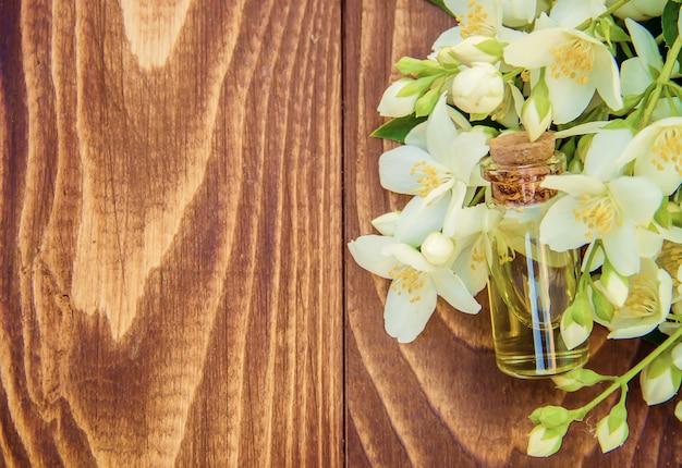Aceite esencial de jazmín. enfoque selectivo madicina y naturaleza.