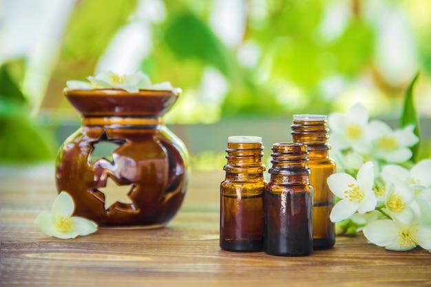 Aceite esencial de jazmín. enfoque selectivo medicina y salud.