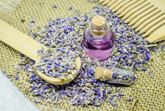 Aceite esencial de lavanda. enfoque selectivo naturaleza bio flores.
