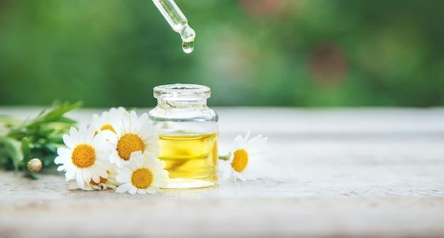Aceite esencial de manzanilla en frasco pequeño. enfoque selectivo.