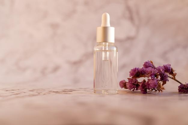 Aceite esencial y ramita en mármol