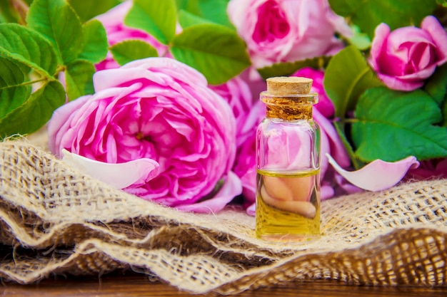 Aceite esencial de rosa sobre un fondo claro.
