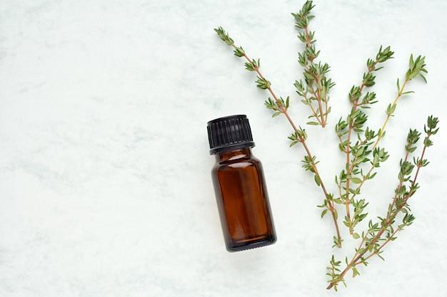 Aceite esencial de tomillo en botella marrón.