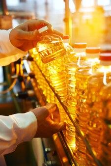 Aceite de girasol. línea para la producción y embotellado de aceite refinado de semillas de girasol. transportador de la industria alimentaria.