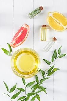 Aceite de limón aislado en la mesa de madera blanca