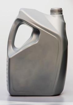 Aceite de motor de galones con aislado en pared blanca