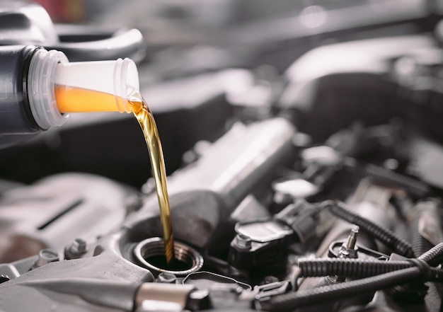 Aceite de motor que vierte al motor del automóvil.