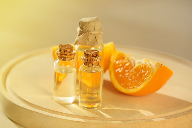 Aceite de naranja. aceite esencial de cítricos. conjunto de aceite esencial de naranja y naranja fresca