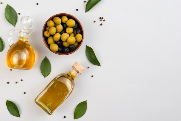 Aceite de oliva y aceitunas con espacio de copia