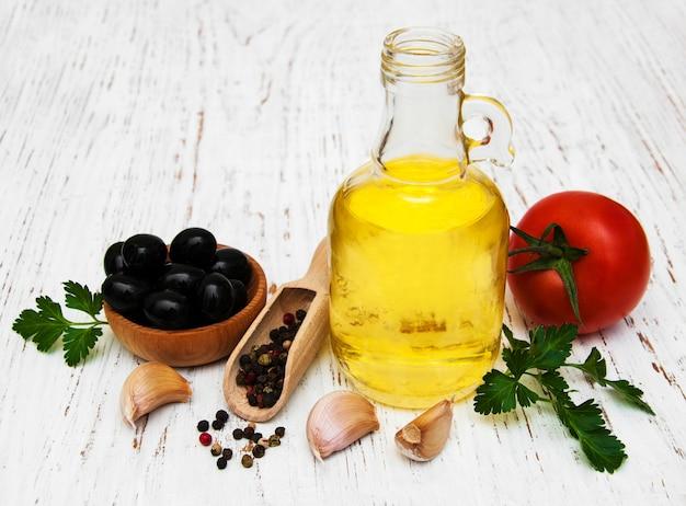 Aceite de oliva, ajo, tomate y pimiento.