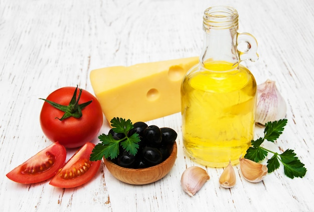 Aceite de oliva, ajo, tomate y queso.