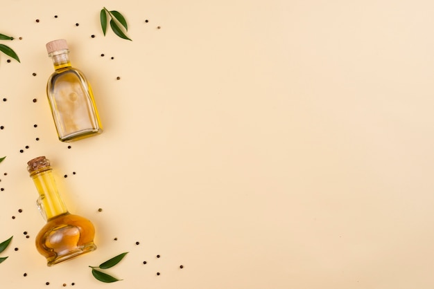 Aceite de oliva en botellas con espacio de copia