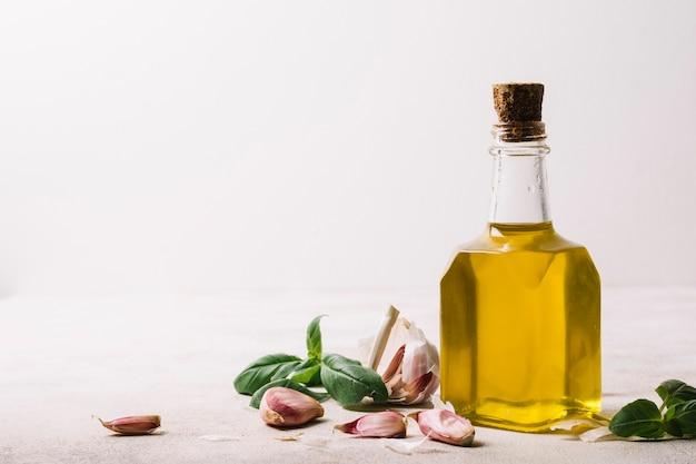 Aceite de oliva dorado en botella con espacio de copia