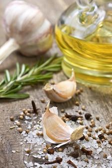 Aceite de oliva y especias sobre fondo de madera