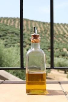 Aceite de oliva con fondo de aceitunas.