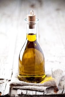 Aceite de oliva fresco en botella.