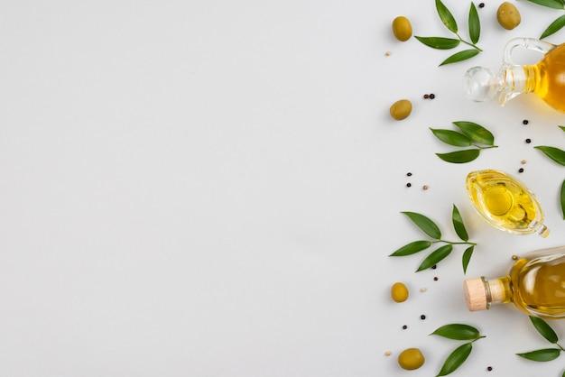 Aceite de oliva y hierbas con espacio de copia