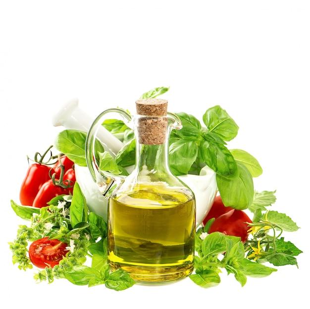 Aceite de oliva con hierbas frescas mediterráneas y tomates.