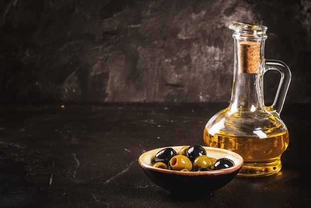 Aceite de oliva, hojas de lechuga, tomates.
