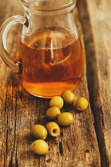 Aceite de oliva en una jarra con aceitunas