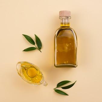 Aceite de oliva minimalista en botella y vaso.