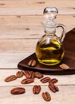 Aceite de oliva y nueces en una mesa de madera