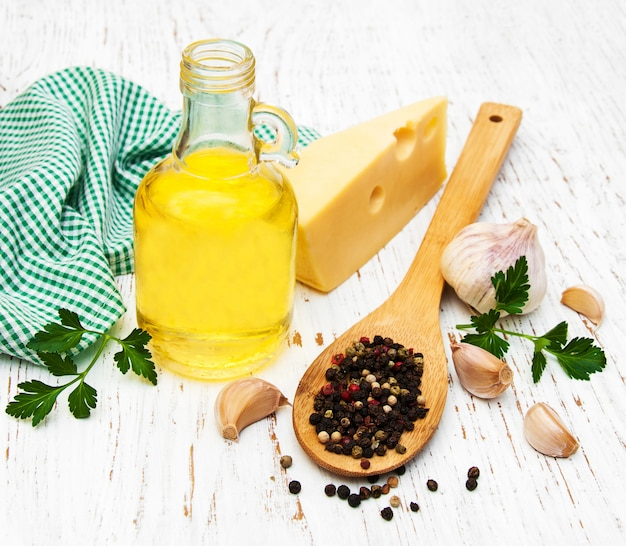 Aceite de oliva, pimiento, queso y ajo.