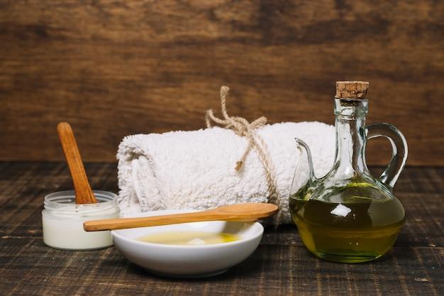 Aceite de oliva y productos de coco dispuestos