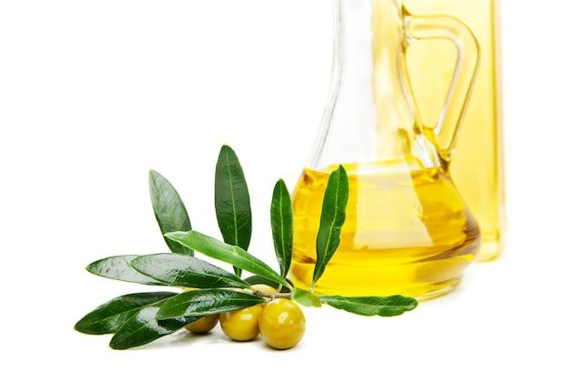 Aceite de oliva y rama con aceitunas en blanco