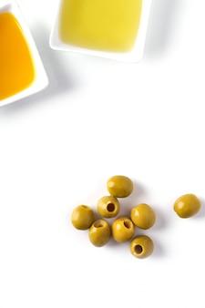 Aceite de oliva en un tazón y aceitunas