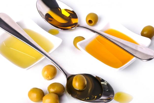 Aceite de oliva en un tazón y cucharas