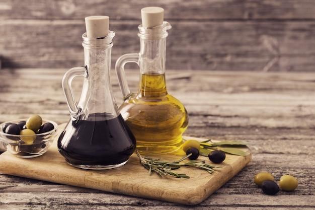 Aceite de oliva y vinagre balsámico en una mesa de madera