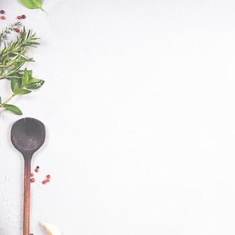 Aceite de oliva, vinagre balsámico, pimienta y hierbas.