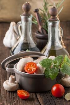 Aceite de oliva y vinagre con champiñones en sartén