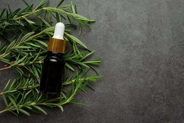 Aceite de romero en botella con plantas de romero