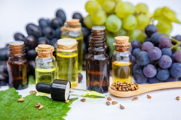 Aceite de semilla de uva en una botella pequeña