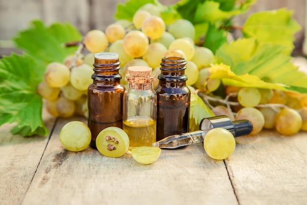 Aceite de semilla de uva en un frasco pequeño. enfoque selectivo