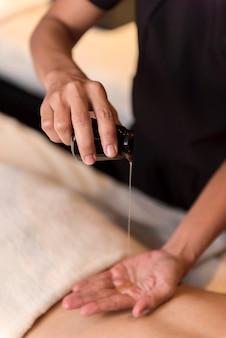 Aceite vertido a mano para masajes en spa