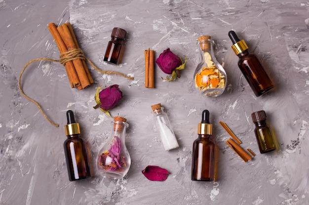 Aceites aromáticos, pétalos de rosa secos, cáscara de naranja seca, sal marina (exfoliantes) y palitos de canela
