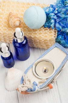 Aceites esenciales, bomba de baño, esponja, flores azules.