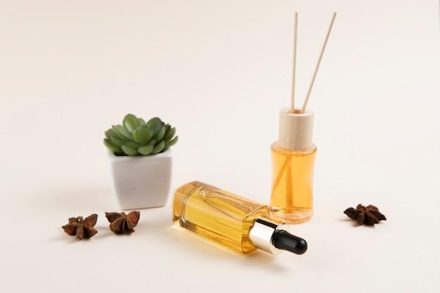 Aceites esenciales y disposición de plantas en fondo liso