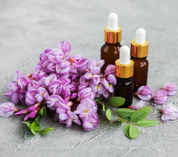 Aceites esenciales y flores de acacia rosa.