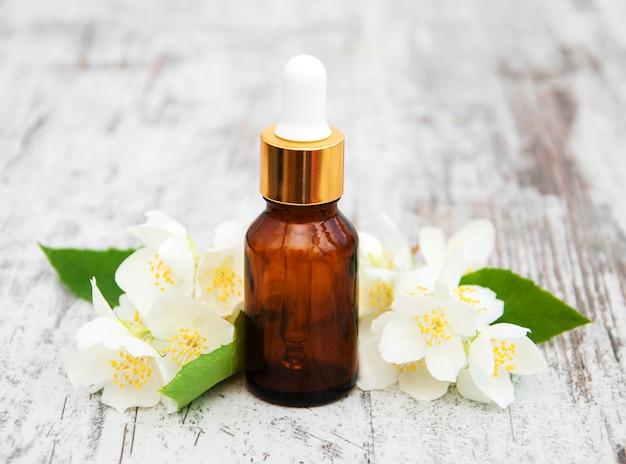 Aceites de masaje y flores de jazmín.