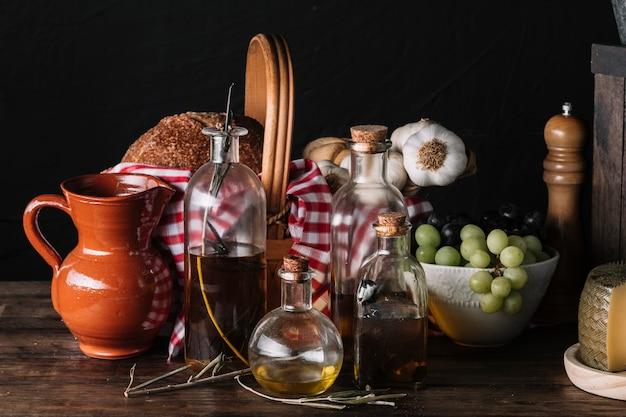 Aceites y jarra cerca de la comida