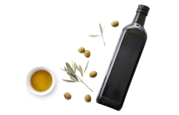 Aceitunas, aceite sobre fondo blanco.