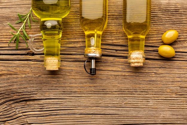 Aceitunas amarillas y botellas de aceite.