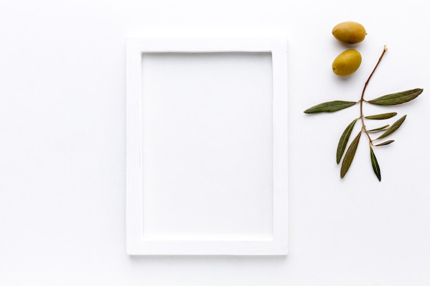 Aceitunas amarillas con maqueta de marco