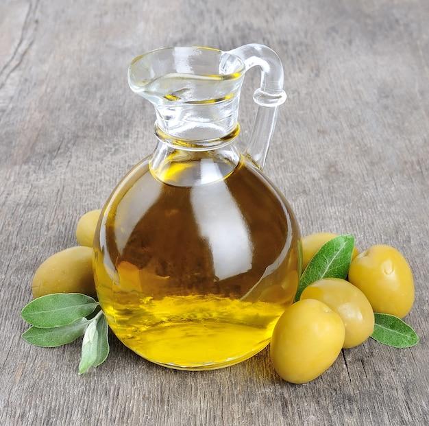 Aceitunas y una botella de aceite de oliva.
