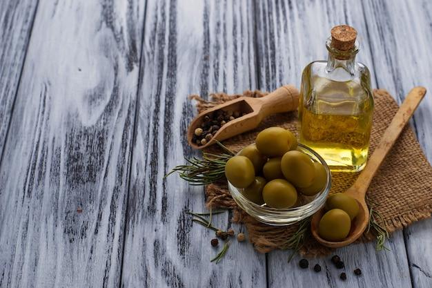 Aceitunas y botella de aceite de oliva.