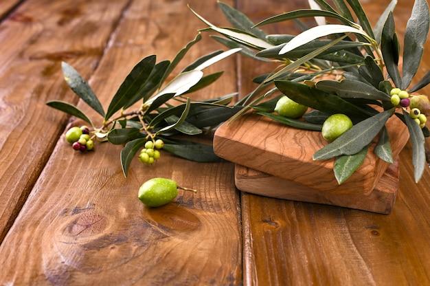 Aceitunas con mesa. mesa de madera con olivos.